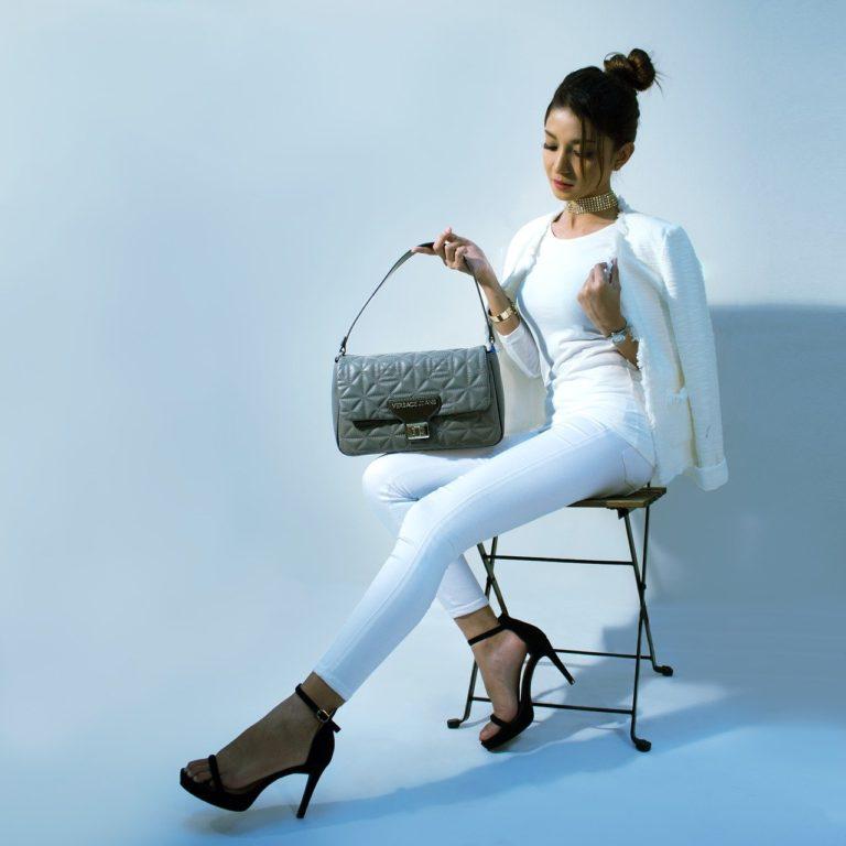 elegancka kobieta w białych spodniach i butach na szpilce